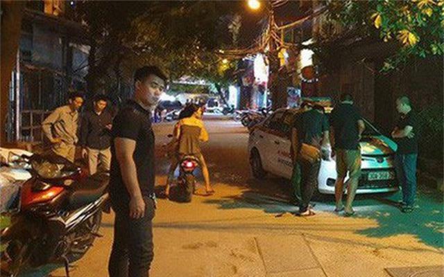 Hà Nội: Người dân kể lại giây phút tài xế Mazda CX-5 rút súng bắn rồi đánh và lái xe chèn qua nạn nhân