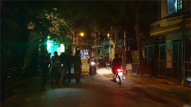 Hà Nội: Người dân kể lại giây phút tài xế Mazda CX-5 rút súng bắn rồi đánh và lái xe chèn qua nạn nhân  - Ảnh 1.