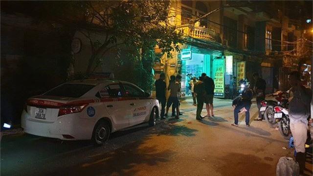 Hà Nội: Người dân kể lại giây phút tài xế Mazda CX-5 rút súng bắn rồi đánh và lái xe chèn qua nạn nhân  - Ảnh 2.