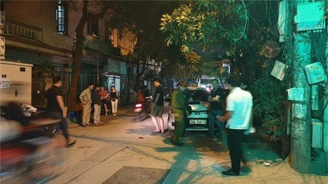 Hà Nội: Người dân kể lại giây phút tài xế Mazda CX-5 rút súng bắn rồi đánh và lái xe chèn qua nạn nhân  - Ảnh 5.