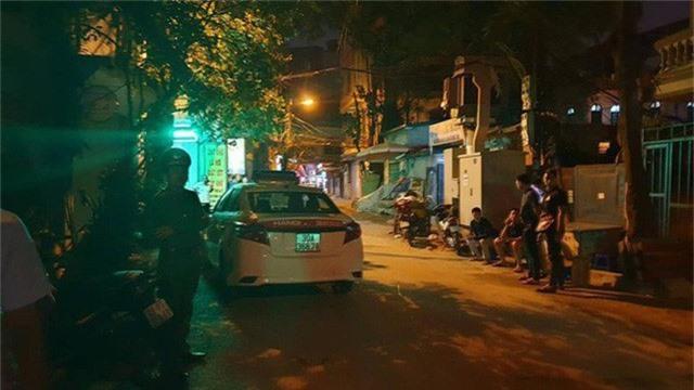 Hà Nội: Người dân kể lại giây phút tài xế Mazda CX-5 rút súng bắn rồi đánh và lái xe chèn qua nạn nhân  - Ảnh 6.