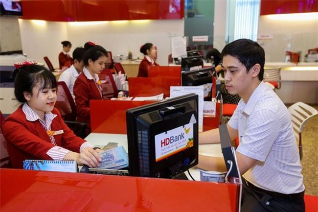 Khách hàng làm thủ tục vay vốn tại một điểm giao dịch của HDBank (ảnh HL)
