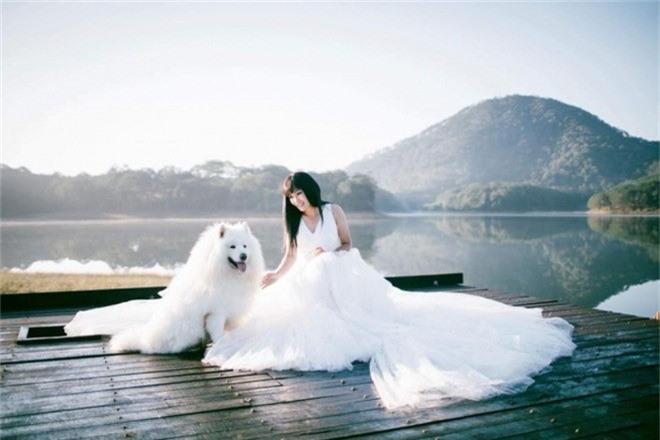 Phương Thanh đăng chùm ảnh diện váy cưới trên trang cá nhân kèm chia sẻ: Em về núi chút đây, gốc em làm cô Long Nữ, chồng em là Dương Quá. Nhiều người hâm mộ tò mò chuyện nữ ca sĩ sắp làm đám cưới, tuy nhiên nữ ca sĩ chọn cách im lặng.