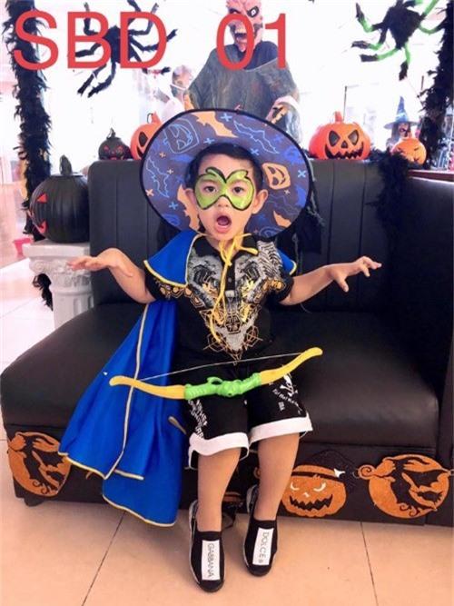 Kubi làm mặt hung dữ hù doạ mọi người trong đêm Halloween. Ông tướng này cũng biết diễn đấy chứ, Phan Hiển khen con trai.