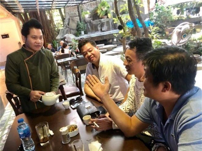 Ca sĩ Trọng Tấn chia sẻ: Thời buổi khó khăn em đi làm thêm bồi bàn quán Bar gặp ngay mấy khách Vip nên rót trà hơi run tay, kiểu này khó kiếm tiền của các ông ấy quá.