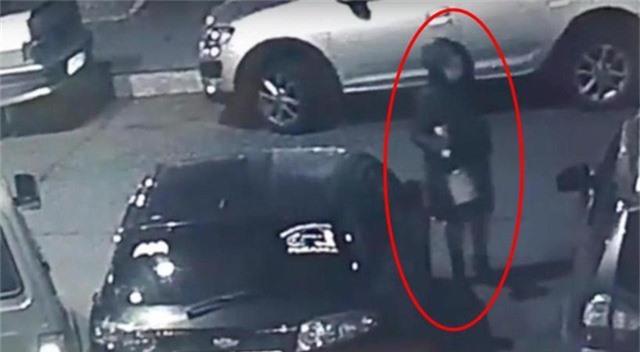 CCTV quay lại cảnh bà mẹ lén lút vứt con vào thùng rác