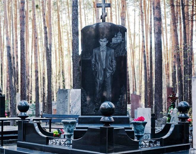 Nghĩa trang mafia tại Nga: Bia mộ chạm khắc toàn thân to như người thật, nhà lầu xe hơi cũng có luôn - Ảnh 8.