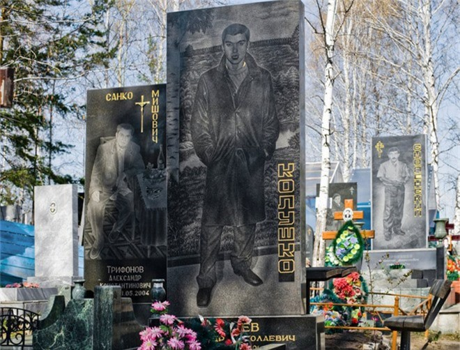 Nghĩa trang mafia tại Nga: Bia mộ chạm khắc toàn thân to như người thật, nhà lầu xe hơi cũng có luôn - Ảnh 10.
