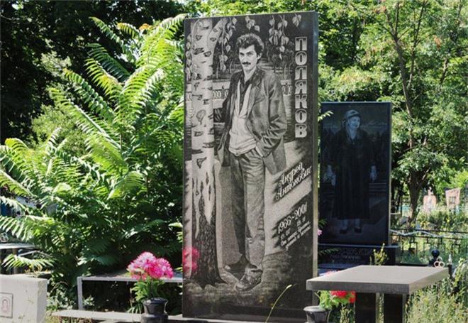 Nghĩa trang mafia tại Nga: Bia mộ chạm khắc toàn thân to như người thật, nhà lầu xe hơi cũng có luôn - Ảnh 13.