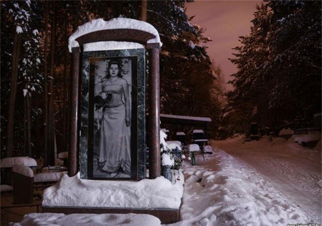 Nghĩa trang mafia tại Nga: Bia mộ chạm khắc toàn thân to như người thật, nhà lầu xe hơi cũng có luôn - Ảnh 6.