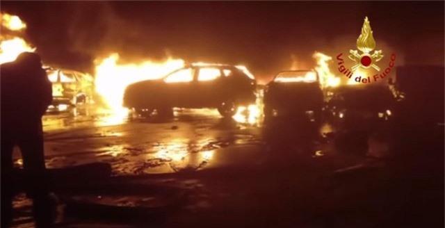 Hàng trăm xe Maserati cháy trơ khung tại Italy, lỡ hẹn xuất khẩu - Ảnh 1.