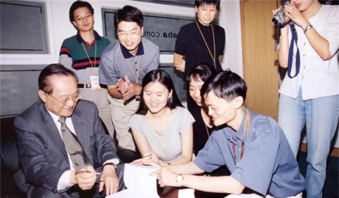 Kim Dung ký tặng Jack Ma (thứ hai từ phải) và Lucy Peng (phụ nữ chính giữa) - CEO Lazada, hãng thương mại điện tử do Alibaba chủ quản.