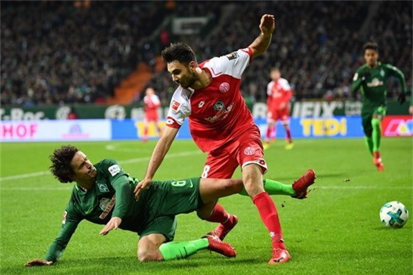 Gerrit Holtmann (áo đỏ), một trong những cầu thủ gốc Philippines chất lượng. Anh đang thi đấu ở CLB Mainz 05 ở Bundesliga