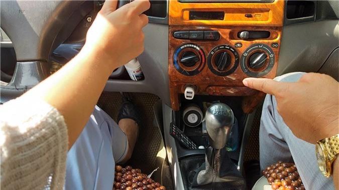 Quý bà váy ngắn ngồi sau vô-lăng, thầy dạy lái xe tái mặt