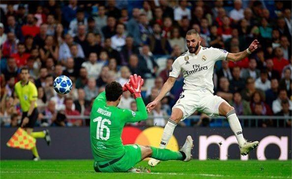 Karim Benzema (phải) không đảm trách tốt vai trò tiền đạo chính trong đội hình