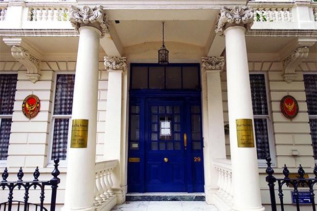 Chiếc áo bị trộm được đặt bên ngoài Đại sứ quán Thái Lan ở London.