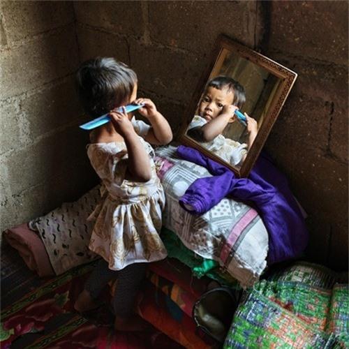 Ngay từ nhỏ, các bé gái trong làng được hướng dẫn để tiếp quản nhiều hoạt động trong gia đình.
