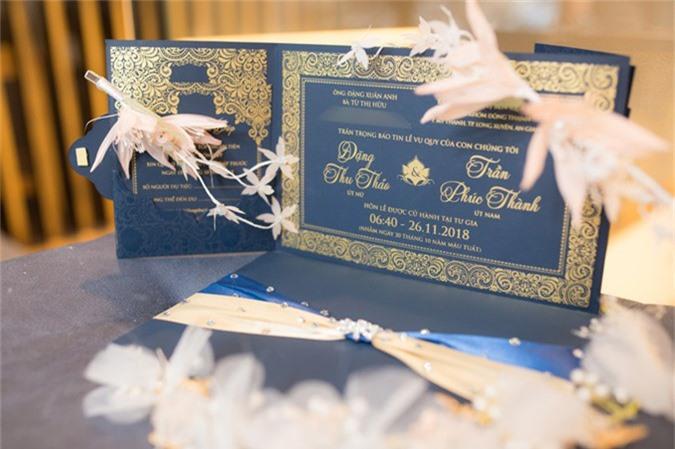 Mẫu thiệp cưới sử dụng cách phối màu đối lập theo hai tông cơ bản (xanh sẫm - vàng đồng) đi theo xu hướng thiệp cưới hiện đại.