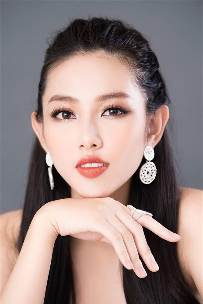 Đồng thời, với khuôn mặt mang vẻ đẹp phảng phất chất Á Đông pha lẫn sự hiện đại của mình, Thùy Tiên đang dược người hâm mộ nước nhà sẽ làm nên chuyện tại Miss International.