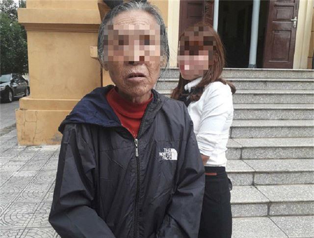 Bà Nguyễn Thị H., (73 tuổi) lầm lũi đến dự phiên tòa xét xử đứa con trai mang tội giết người.