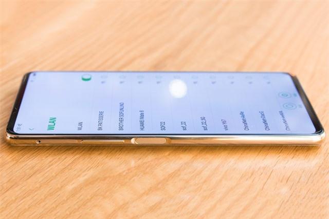 Nubia X có tới 2 cảm biến vân tay đặt ở cạnh trái và phải. Ngoài cảm biến vân tay, cạnh trái còn là nơi đặt khay SIM, thẻ nhớ cùng phím tăng, giảm âm lượng.