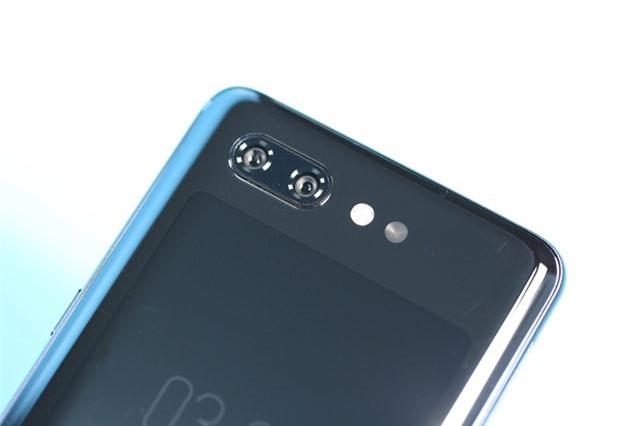 ZTE Nubia X sở hữu bộ đôi camera 16 MP, khẩu độ f/1.8 và 24 MP, khẩu độ f/1.7. Cả hai được trang bị đèn flash LED kép, hỗ trợ lấy nét theo pha, chụp ảnh xóa phông, quay video 4K.