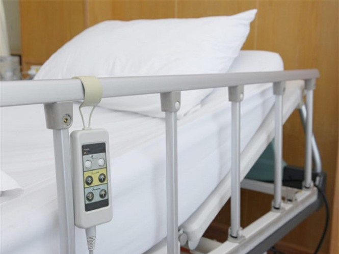 Tay vịn trên giường bệnh có thể là nơi chứa rất nhiều vi khuẩn SHUTTERSTOCK