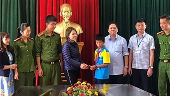 Em Đinh Tiến Dũng trao trả lại số vàng cho chị Đào Thị Linh ẢNH CÔNG AN TỈNH QUẢNG NINH CUNG CẤP