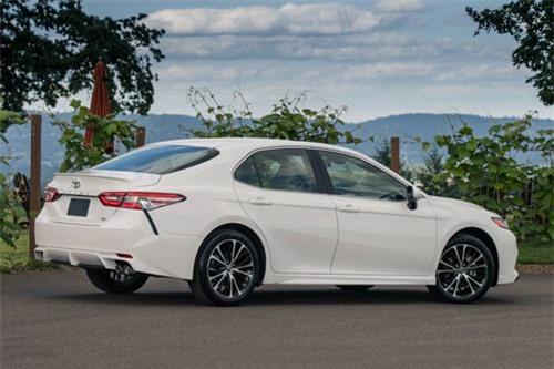 6. Toyota Camry (doanh số: 26.914 chiếc).