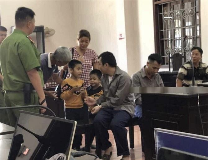 Tấm ảnh bị cáo Lê Ngọc Hoàng gặp hai con trai gây xúc động cộng đồng mạng (Ảnh: otofun)