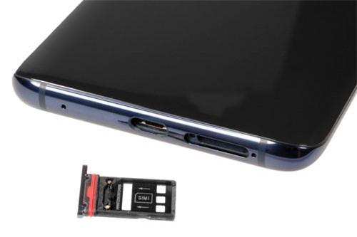 Micro, cổng USB Tpe-C cùng khay SIM, thẻ nhớ dưới cạnh đáy.