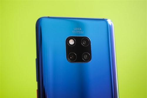Huawei Mate 20 Pro cũng sở hữu 3 camera sau 40 MP, f/1.8 cho khả năng chụp ảnh thiếu sáng, cảm biến 20 MP, f/2.2 chụp ảnh góc siêu rộng, ống kính tele 8 MP, f/2.4 cho khả năng zoom quang học 5x, hỗ trợ chống rung quang học (OIS). Cả 3 ống kính này đều hỗ trợ lấy nét bằng laser, lấy nét theo pha. Ba camera sau của Huawei Mate 20 Pro đều được sản xuất bởi hãng Leica, trang bị đèn flash LED kép, quay video 4K tốc độ 30 khung hình/giây hoặc HD tốc độ 960 khung hình/giây.