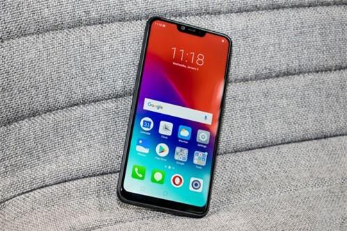 """Realme 2 được trang bị màn hình IPS 6,2 inch, độ phân giải HD Plus (1.520x720 pixel), mật độ điểm ảnh 271 ppi. Màn hình này được chia theo tỷ lệ 19:9, thiết kế dạng """"tai thỏ"""" và chiếm 87,8% diện tích mặt trước, bảo vệ bởi kính cường lực Corning Gorilla Glass 3."""
