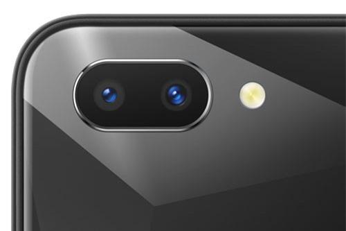 Bộ đôi camera sau của Realme 2 có độ phân giải 13 MP, khẩu độ f/2.2 và 2 MP, f/2.4, trang bị đèn flash LED, hỗ trợ lấy nét tự động, chụp ảnh xóa phông, quay video Full HD.