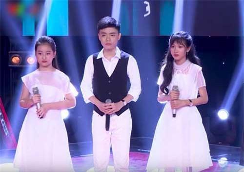 Bộ ba thể hiện ca khúc dân ca với chất giọng ngọt ngào.