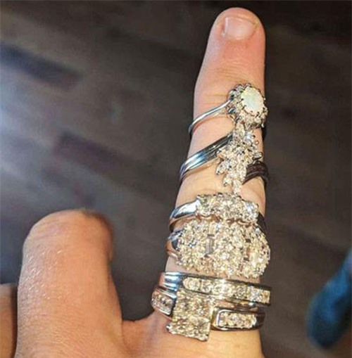 6 chiếc nhẫn trị giá 420 triệu đồng được tìm thấy trong bộ đồ chơi