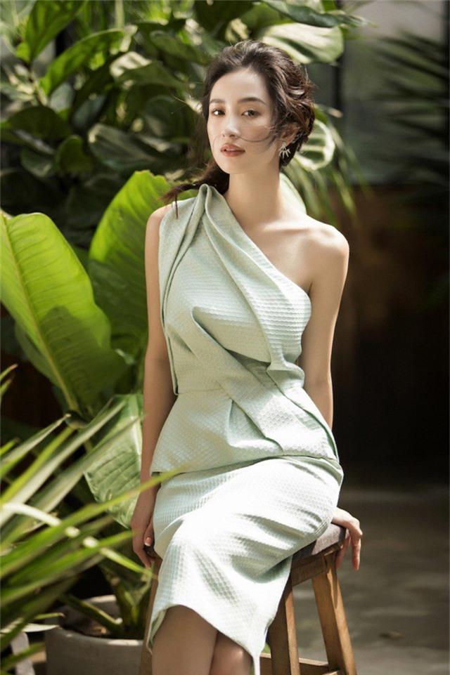 ... xanh ngọc để toát lên vẻ đẹp dịu dàng, thanh lịch của người đẹp.