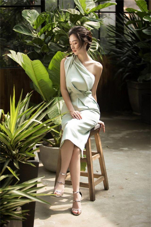 Thoát khỏi những kiểu váy đơn giản thông thường, cô diện đa dạng các kiểu dáng: váy bó sát, váy phồng,...