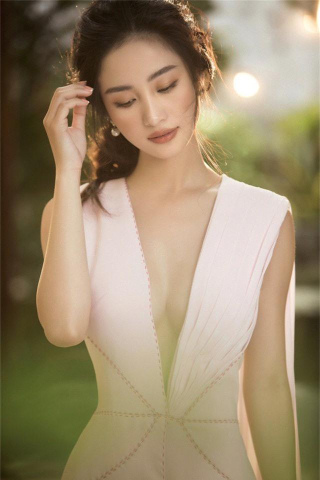 Điểm nhấn của những thiết kế lần này chính là ở phần cổ áo và phần ngực... góp phần khoe làn da trắng, mịn màng cùng vẻ đẹp mảnh mai của diễn viên Tháng năm rực rỡ.