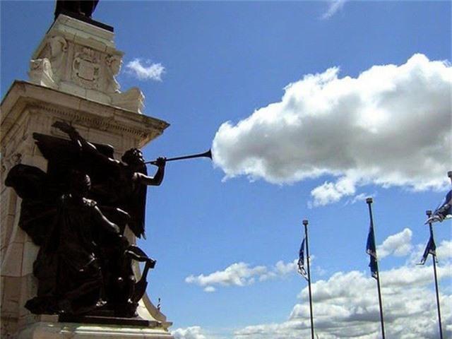 Bức tượng này đang thổi ra những đám mây?