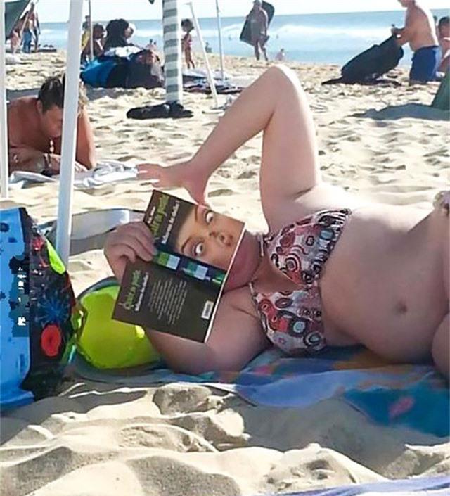 Người phụ nữ này đang đọc gì mà gương mặt hoảng hốt như vậy? À, thì ra chỉ là bìa sách!