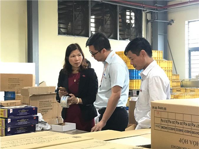 Bà Phạm hướng dẫn dán tem truy xuất nguồn gốc tại Công ty Cổ phần khóa Việt Tiệp. Ảnh: Ánh Tuyết