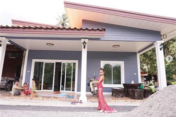 Cậu bé bắt đầu nổi tiếng khắp châu Á sau khi Nes đăng tải bức ảnh ngôi nhà cậu xây cho bố mẹ.