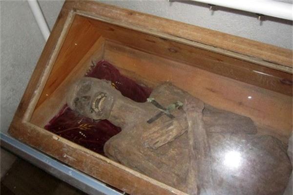 Phát hiện thi thể linh mục nguyên vẹn như 'xác ướp' sau gần 300 năm Ảnh 2