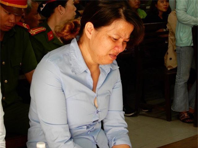 Tại phiên tòa, bị cáo Hồng thường xuyên khóc nức nở