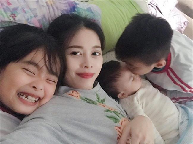 Cuối tuần của các hot mom: Meo Meo đọ độ sang chảnh cùng thần thái ngút trời với Huyền Baby - Ảnh 1.