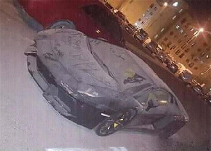 Lamborghini Aventador bị bỏ rơi và nằm phủ bụi, cư dân mạng thốt lên: