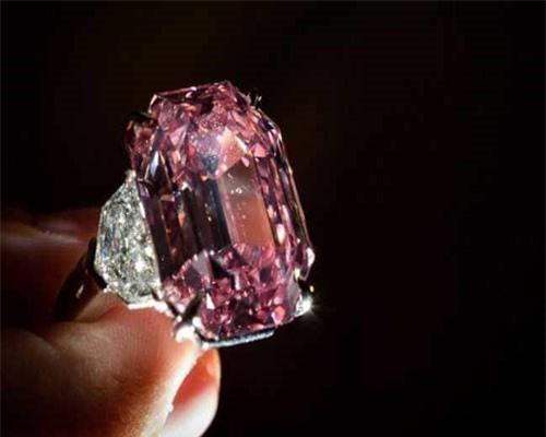 Mới đây, công ty đấu giá Christie thông báo sẽ bán đấu giá một viên kim cương màu hồng lấp lánh nặng gần 19 carat. Viên kim cương hồng được định giá khoảng 30-50 triệu USD và có thể sẽ được bán ở mức cao nhất. Ảnh: NDTV.