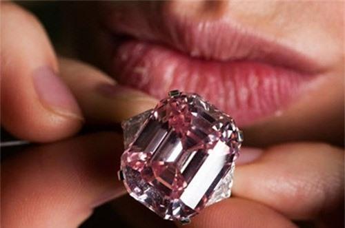 The Graff Pink là viên kim cương hồng được cắt kiểu giác tầng, có trọng lượng 24,78 carat, được mua với giá 45,6 triệu USD. Ảnh: Vinagems.