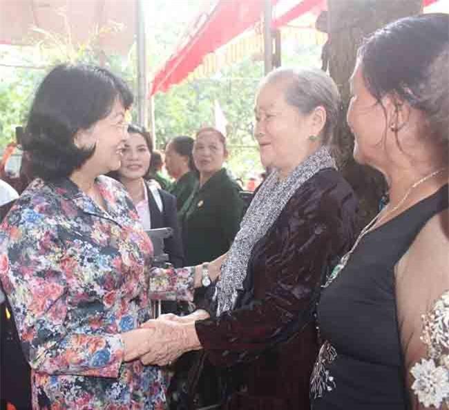 Phó Chủ tịch nước Đặng Thị Ngọc Thịnh dự Ngày hội với bà con ấp Đồng Tâm (ảnh LQ)